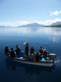 Tim bersiap akan turun di atas kapal dingih untuk memulai melakukan pendataan